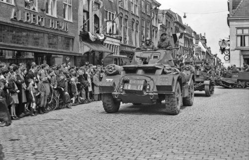 NL Gd SAMH 1473 1021 Collectie Daems Bevrijders worden binnengehaald op de Markt