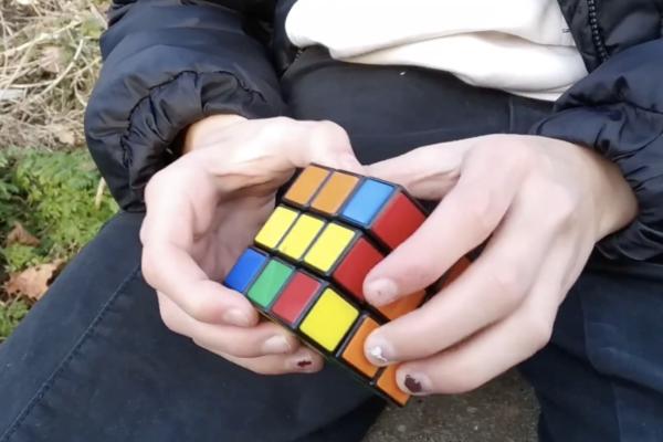 Maria en Diana Rubiks cube Gouda